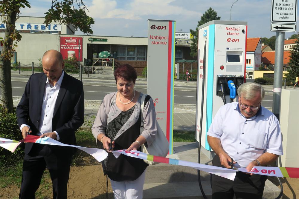Na Komenského náměstí si můžete (zatím) zdarma nabít elektromobil