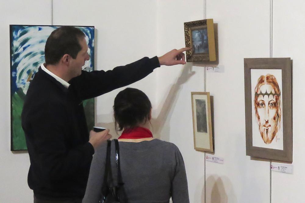 Výstava Daruj dvakrát je velmi úspěšná – obrazy už se prodávají