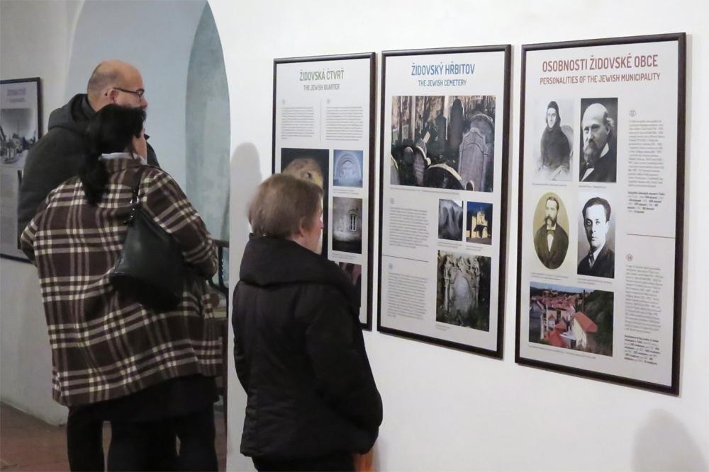 Památku obětí holokaustu uctila Třebíč dvěma výstavami v synagoze