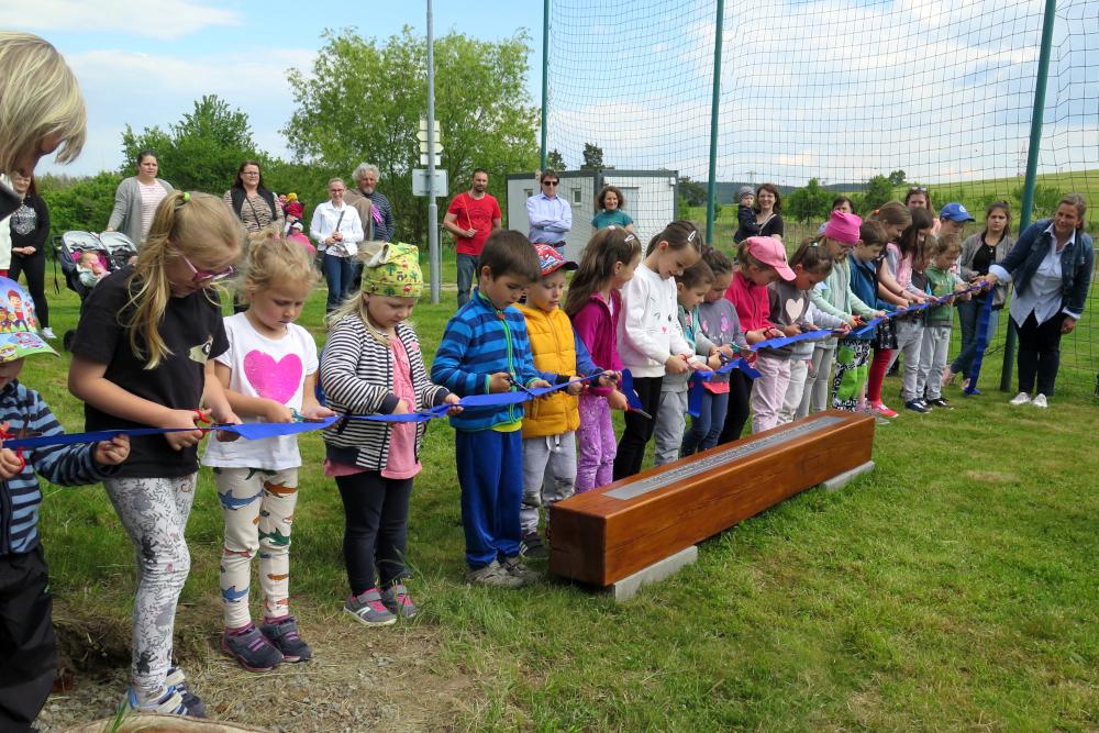 Číměřské děti uvedly do provozu lavičku 16. poledníku