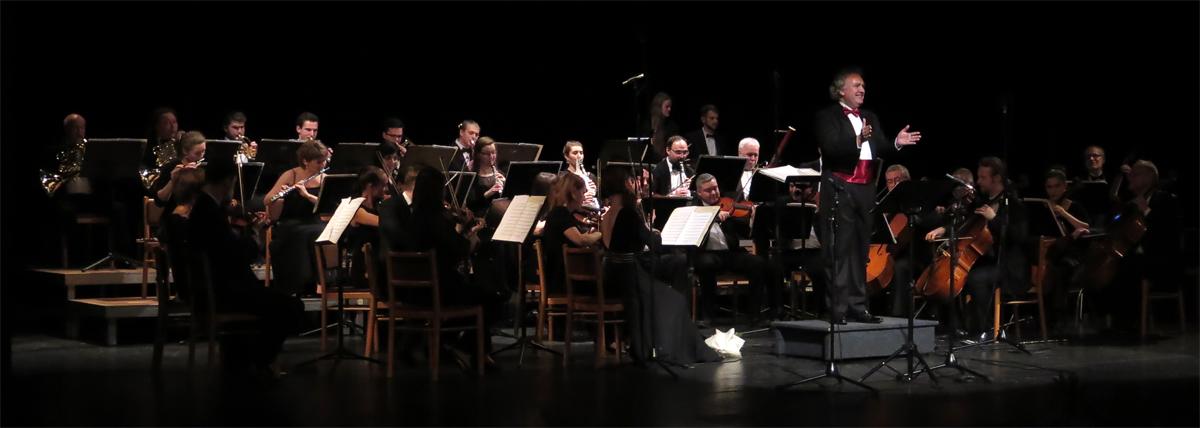 Stejně jako ve Vídni. Hraje se Pochod Radeckého a dirigent Jiří Jakeš roztleskává publikum.
