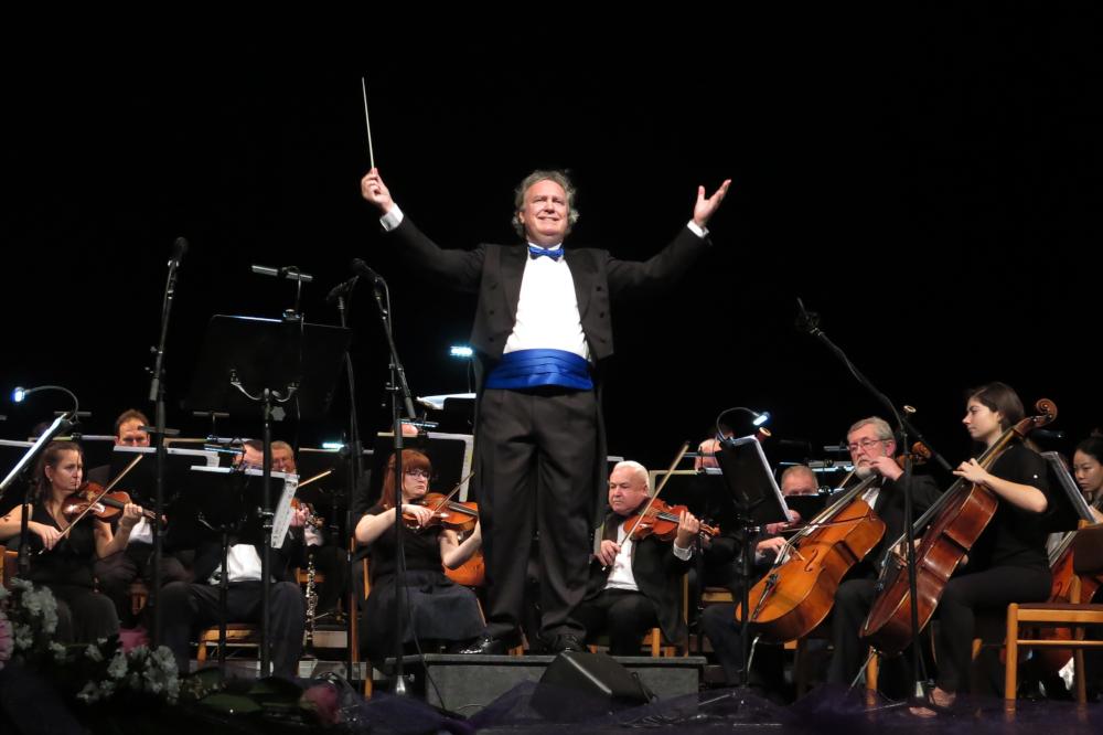Dirigent Jiří Jakeš s jihlavskými filharmoniky.
